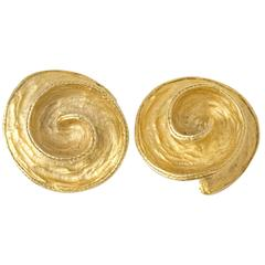 80s Gold Tone Hammered Swirl Clip Earrings