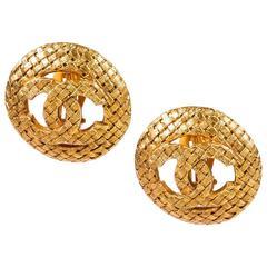 Vintage Chanel Season 29 Gold Tone Textured Basket Weave 'CC' Clip On Earrings