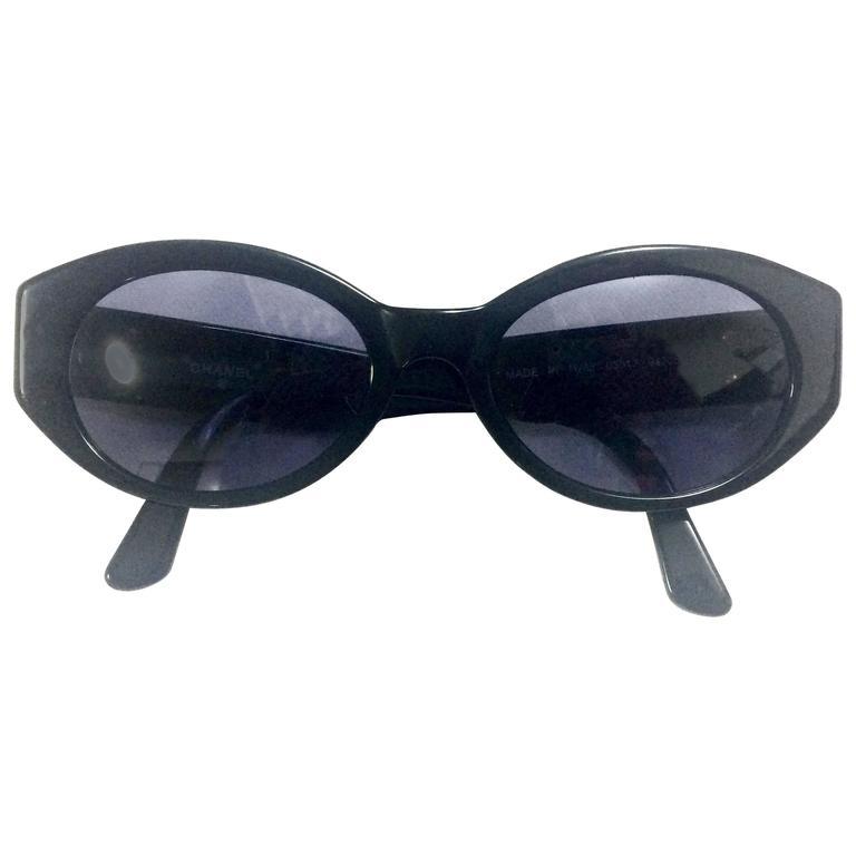 Vintage CHANEL black oval frame sunglasses with golden CC motifs at sides. Mod For Sale