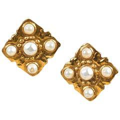 Vintage Chanel Season 23 Gold Tone Faux Pearl Diamond Shaped Clip On Earrings