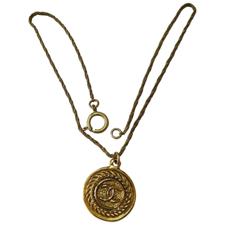 1980s Chanel Gold Tone Necklace CC logo Pendant 1