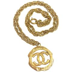 Vintage CHANEL golden skinny chain necklace with round frame CC mark pendant top