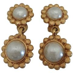 1990s Bijoux Cascia Gold Tone Pendant with White Faux Pearls clip on earrings