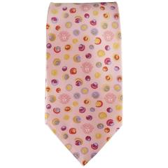 GIANNI VERSACE Vintage Tie consists of 100% silk material in a pink color tone.