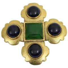 Chanel Vintage gripoix Brooch in gold plated metal and glass