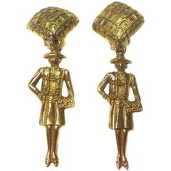 Vintage CHANEL Pendant Clip-on Earrings in Gilt Metal