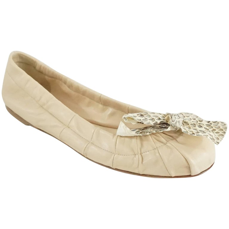 765aa7f4f Prada Cream Leather Ballet Flats with Snake Bow – 38 For Sale at 1stdibs