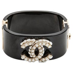 CHANEL Cuff in Black Plexiglass CC in Gilded Metal and Freshwater Pearls