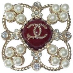 MA-GNI-FIC Chanel Brooch Paris Edimbourg Pearls and CC logo Excellente Condition