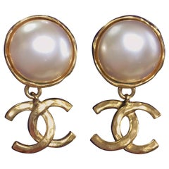 Vintage CHANEL classic round white faux pearl and golden CC dangling earrings.