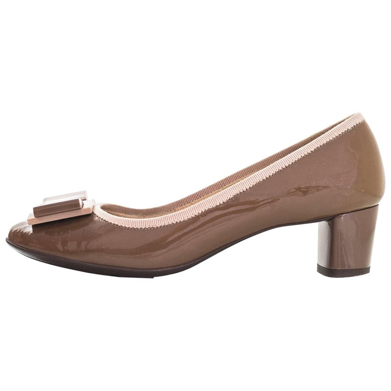 Salvatore Ferragamo Taupe Patent Leather Bow Pumps Sz 5 For Sale