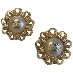 Vintage CHANEL Clip-on Earrings in Gilded Metal and Pearl