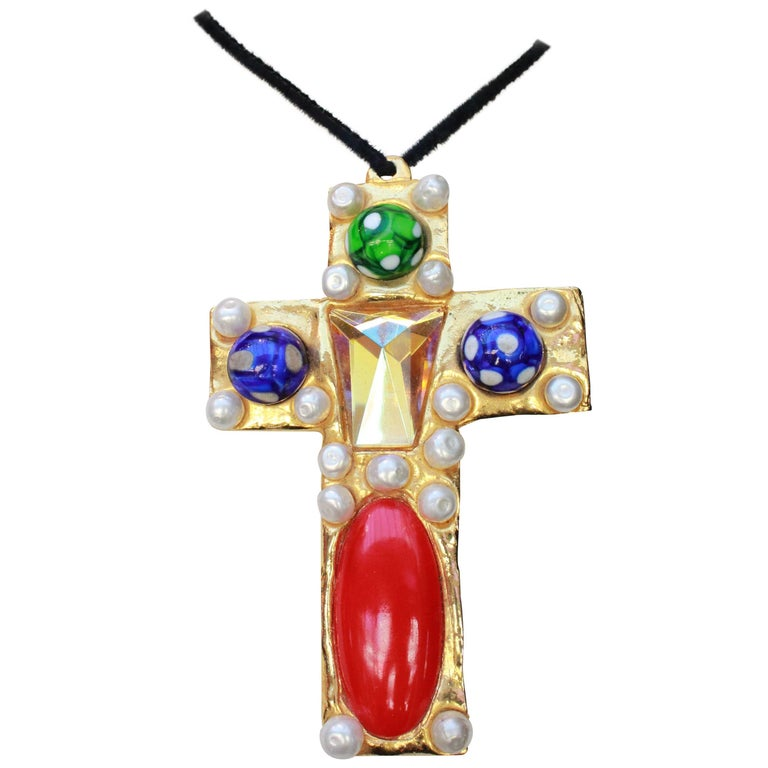 1990s Chanel rare brooch representing a gilted metal cross For Sale