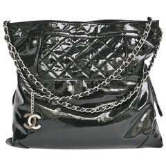 CHANEL Messenger Bag in Black Patent Leather Big size