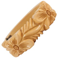 "Carved cream bakelite ""snapper"" bangle bracelet, 1930s"