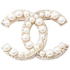 CHANEL CC Brooch in Pale Gilded Metal and Pearls