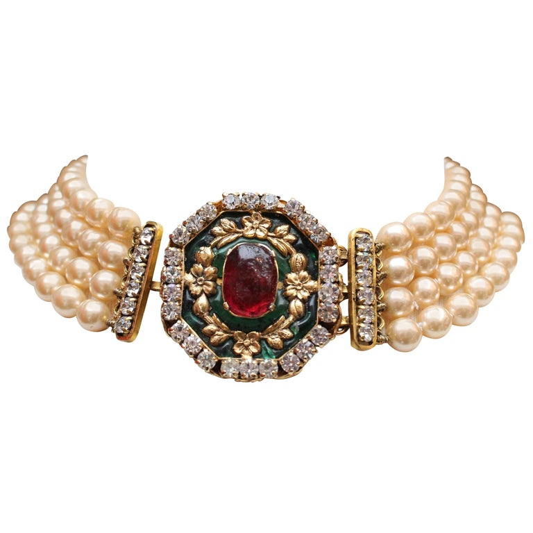 1980s Chanel exceptional faux-pearl choker with Gripoix clasp closure 1