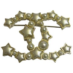 CHANEL CC Brooch in Gilded Metal, Pearls and Gray Pearly Stars