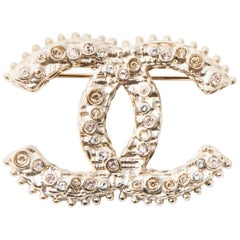 CHANEL CC Brooch in Gilded Metal set with Brilliants