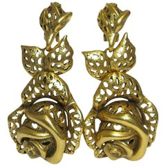 OSCAR DE LA RENTA Pendant Clip-on Earrings in Gilded Metal