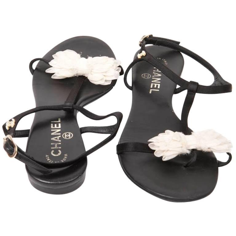 CHANEL Strap Sandals in Black Leather and Knot in White Fabric Size 38.5FR