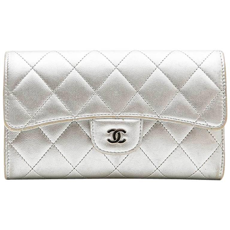 e47670aedf6c CHANEL Wallet in Silver Quilted Leather at 1stdibs