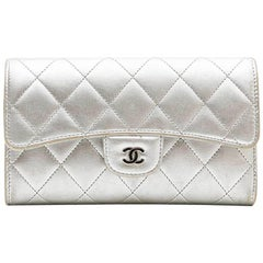 CHANEL Wallet in Silver Quilted Leather