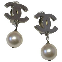 CHANEL CC Clip-on Earrings in Silver Metal and Pearly Pearl