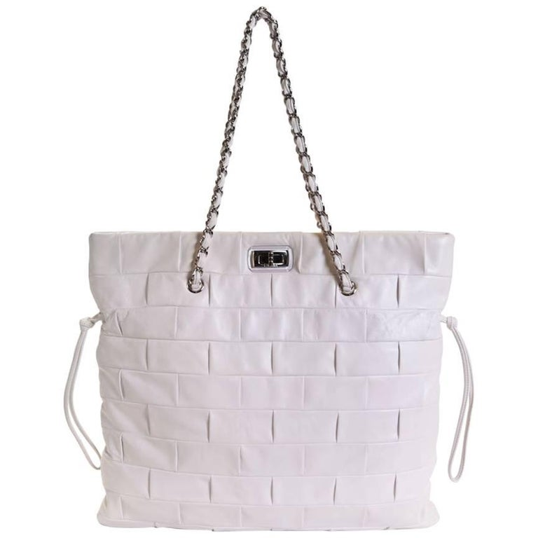 2a83e5c9d23360 CHANEL Tote Bag in White Leather with 2.55 Clasp For Sale at 1stdibs