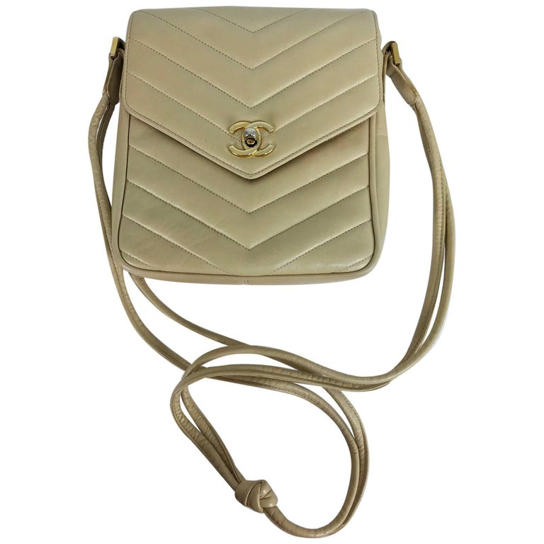 Chanel beige chevron leather cross body camera handbag 1980s For Sale