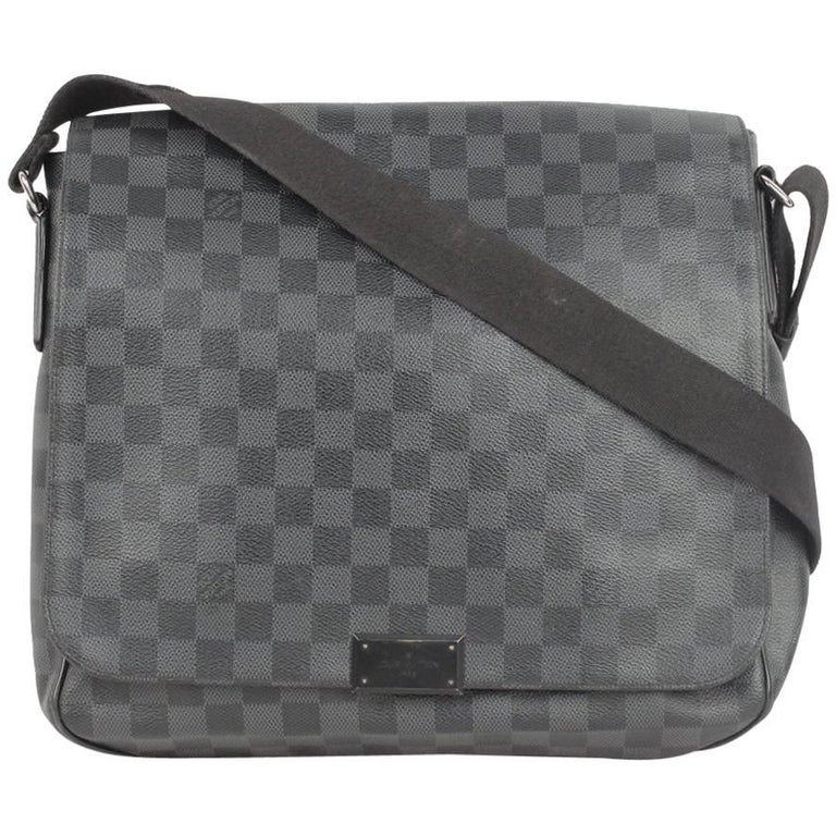 LOUIS VUITTON Damier Graphite DISTRICT MM Messenger Bag For Sale at ... aeaae08635