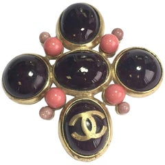 CHANEL Pendant Brooch in Gilded metal and Purple Molten Glass