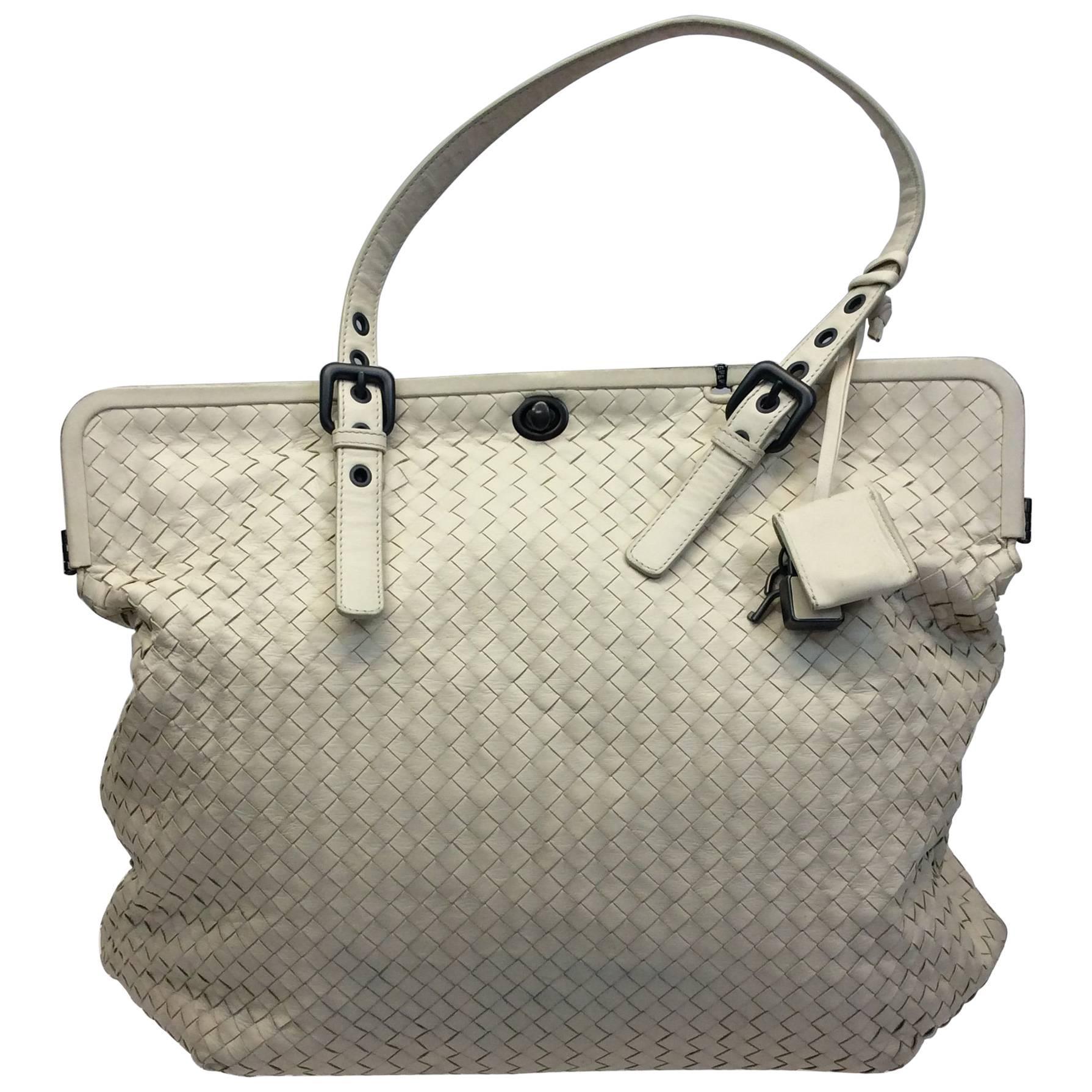 486d4a3381c6 Bottega Veneta White Woven Leather Shoulder Bag For Sale at 1stdibs