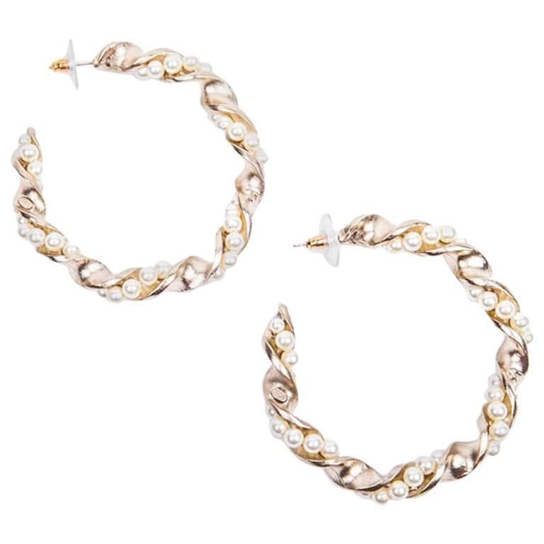 Chanel Gilded Metal and Pearls hoop earrings For Sale