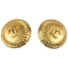 CHANEL Vintage Gold Metal Round Clip On CC Logo Earrings