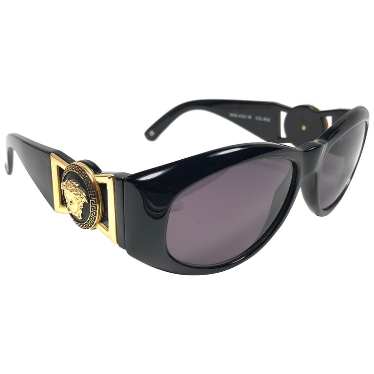 e54debc513d1 New Vintage Gianni Versace 424 M Sleek Black Sunglasses 1990's Made in  Italy For Sale