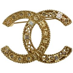CHANEL CC Brooch in Openwork Gilt Metal, Rhinestones and Small Pearls