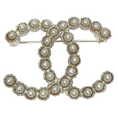 CHANEL CC Brooch in Pearls and Silver Metal