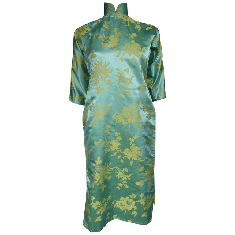 Chinese Qipao in sky-blue and straw-yellow silk damask, Circa 1950 For Sale