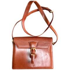 Vintage Valentino Garavani brown epi leather shoulder bag with golden logo.