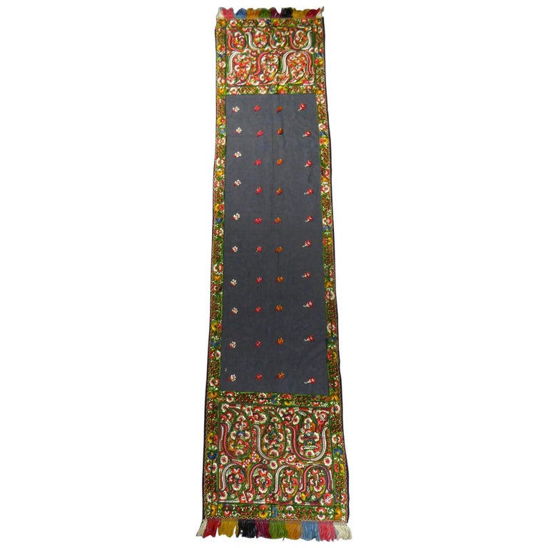Dehli stole in tulle embroidered with floss-silk  - India for export Circa 1830 For Sale
