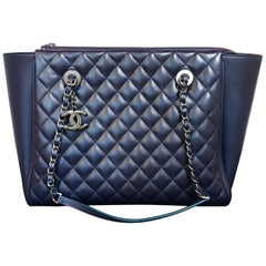 Large CHANEL CC Charm Shopping Bag/Shopper chain quilted lambskin navy blue