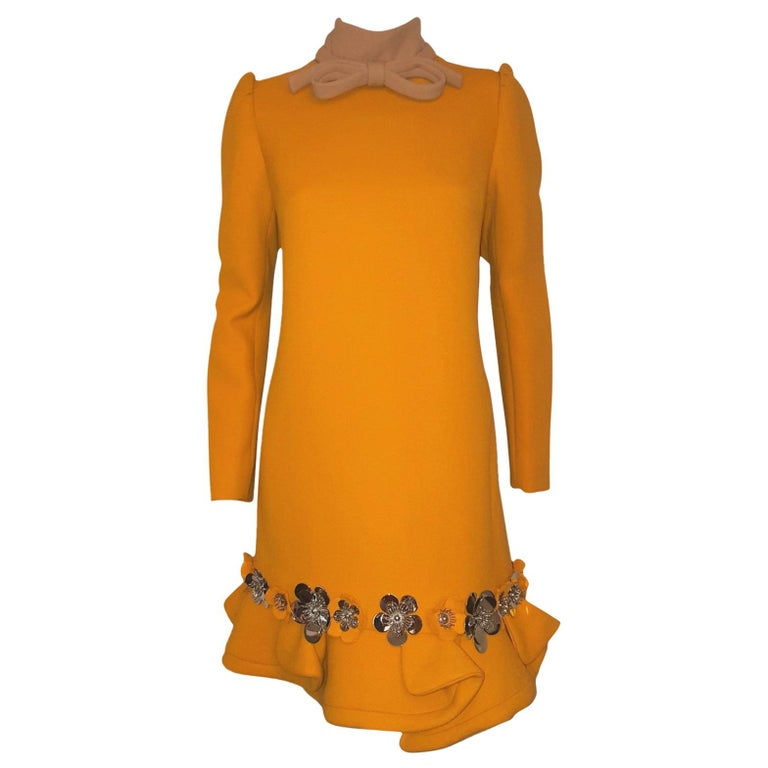 6e8a113c6c72e Miu Miu Kürbisfarbenes Langarm-Kleid mit silberfarbenen Metallblumen   gerüschtem  Saum 1