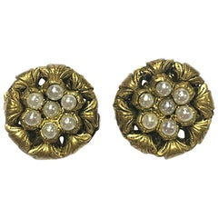 CHANEL Vintage Couture Clip-on Earrings in gilt Metal set with Pearl Beads