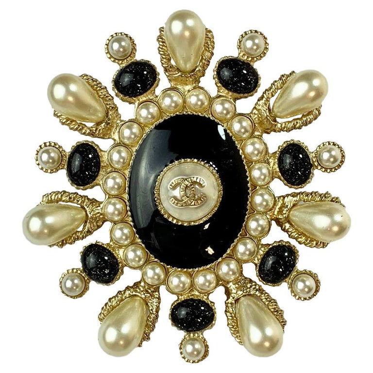 CHANEL Brooch Paris Cuba Cruise Collection Oval in Gilt Metal, Resin and Pearls For Sale