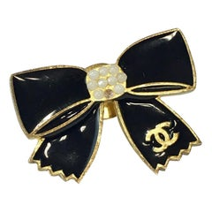 CHANEL Bow Brooch in Gilt Metal with Black Enamel and Pearls