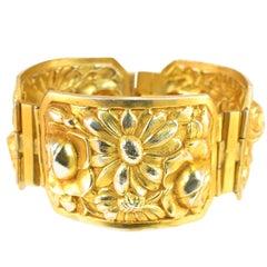 Französische Art Deco Vergoldete Florale Repousse Klappbarer Armband, 1920er Jahre
