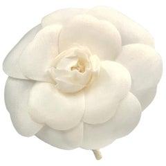 Chanel weiße Seide Kamelien Brosche