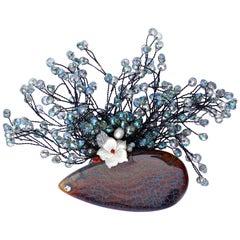 Französische Mitte braunen Achat-Brosche mit Mutter der Perle und verkabelte blau facettierten Perlen