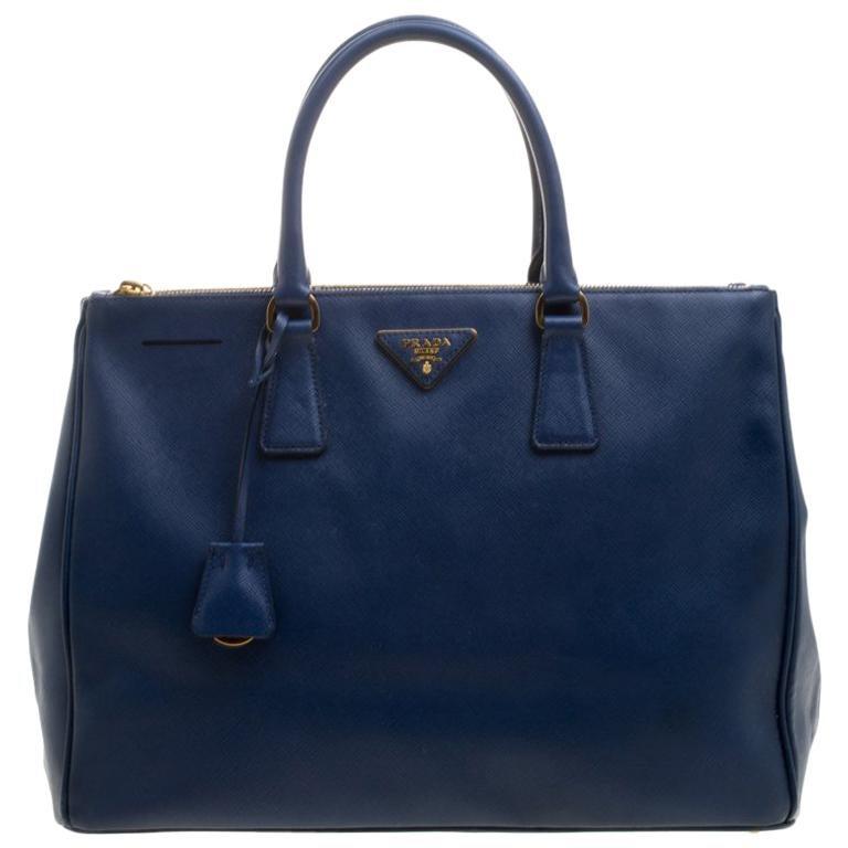 da931ad53ded2 Große Prada Tasche aus blauem Saffiano Lux Leder mit Doppelreißverschluss  im Angebot bei 1stdibs
